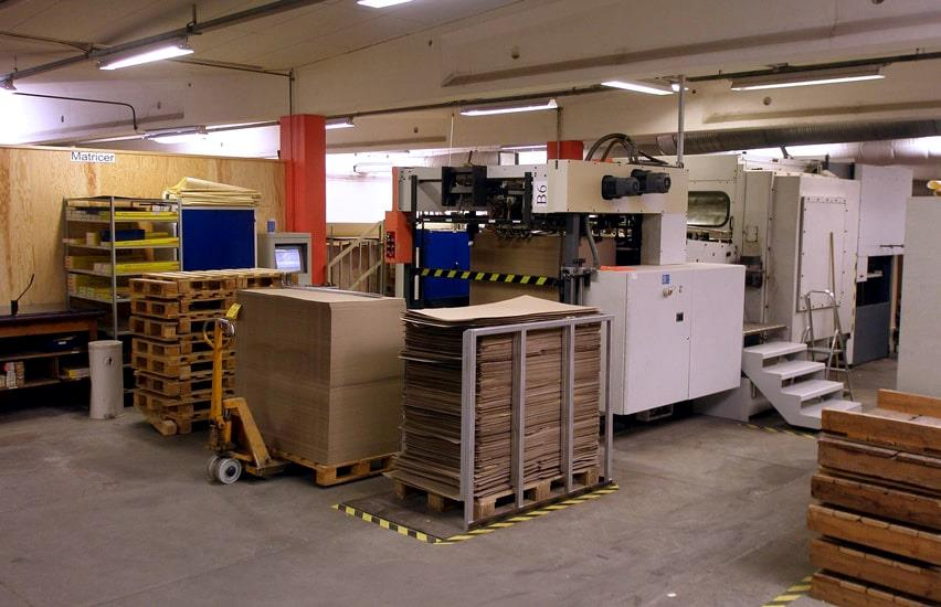 Machines and pallets with cardboard in the Beck Pack production hall