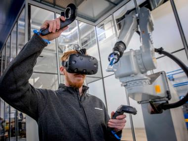 Bramidan employee controls painting robot through VR interface